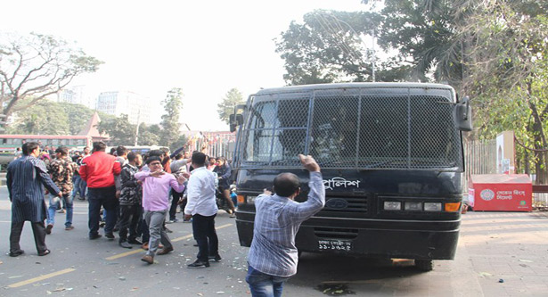 BNP activists 'attack cops, snatch' 2 fellows from prison van
