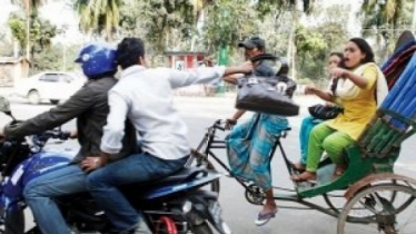 Mugger pulled bag, woman dies falling from rickshaw