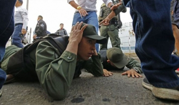 Venezuela soldiers abandon posts at Colombia border