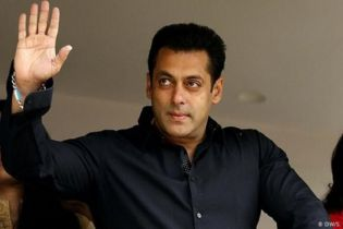 Salman Khan accused of snatching mobile phone