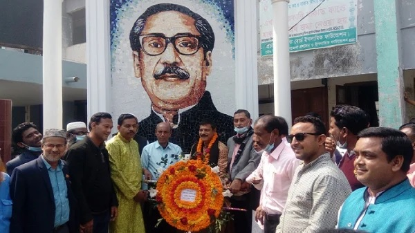 Akhaura mayor pays tributes to Bangabandhu