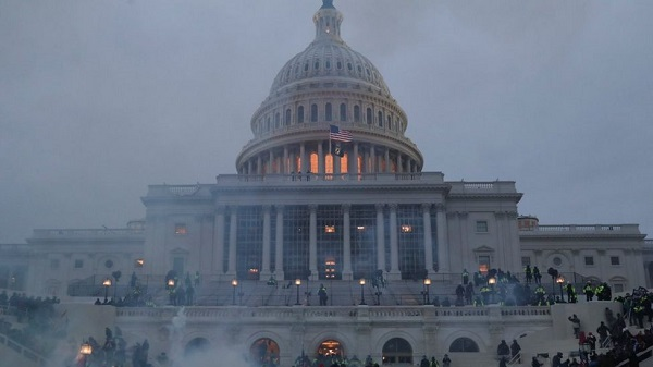 Dusk falls around the US Capitol as Trump supporters continue their occupation of its front steps; Photo: Reuters